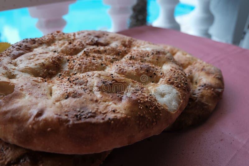 Feche acima de Ramadan Pita turco P?o Alimento tradicional da ramadã como Ramazan Pidesi Pide conhecido imagem de stock