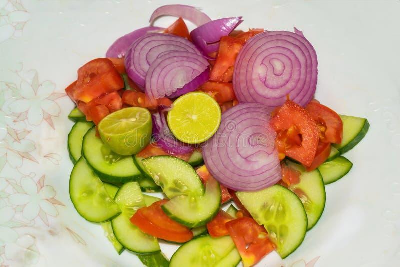 Feche acima de salada vegetal misturada isolada imagem de stock royalty free