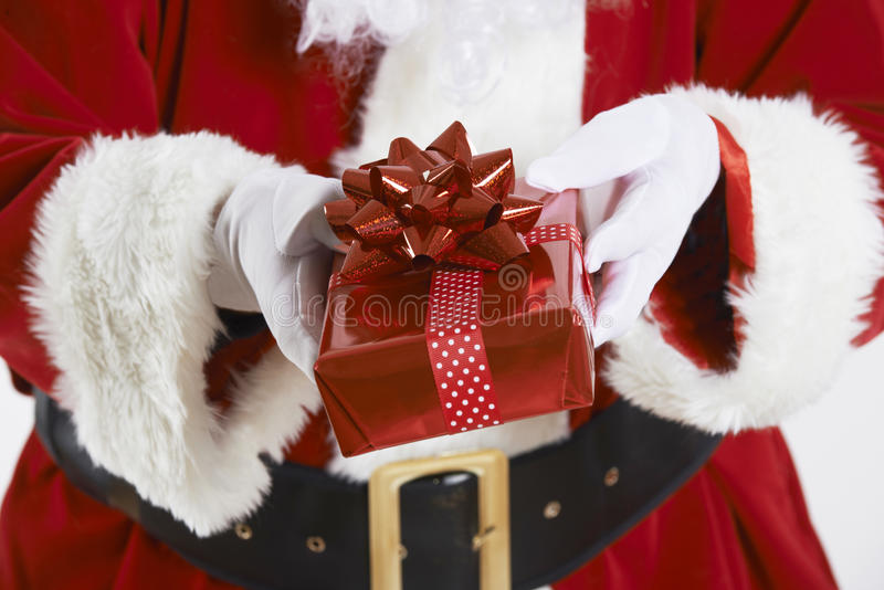 Feche acima de Santa Claus Holding Gift Wrapped Present fotografia de stock