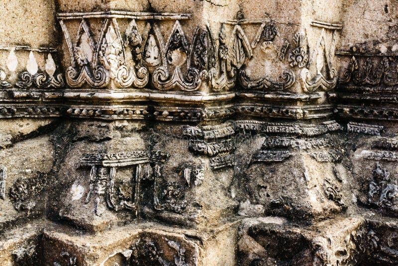Feche acima de teste padrão tailandês antigo quebrado no stupa em Ayutthay imagens de stock royalty free