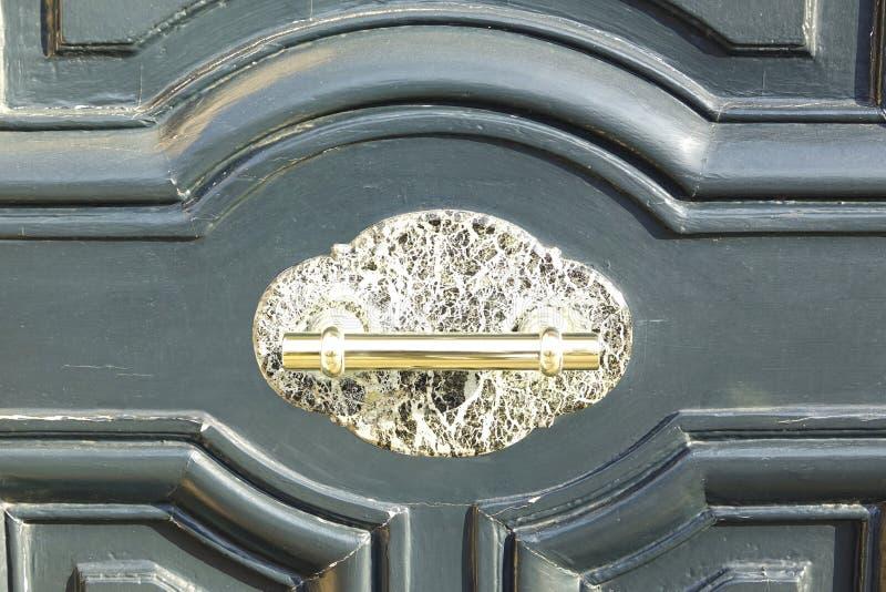 Feche acima de um botão de porta em uma porta velha foto de stock