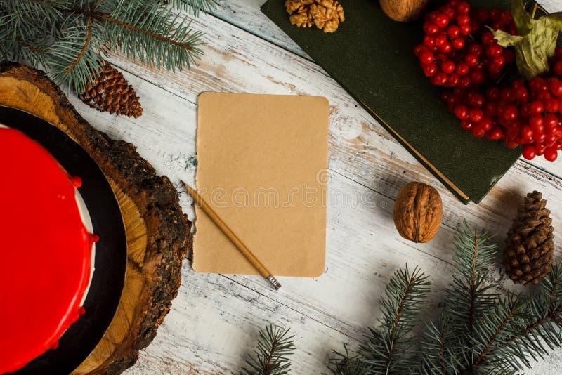 Feche acima de um cartão com decoração vermelha imagem de stock royalty free