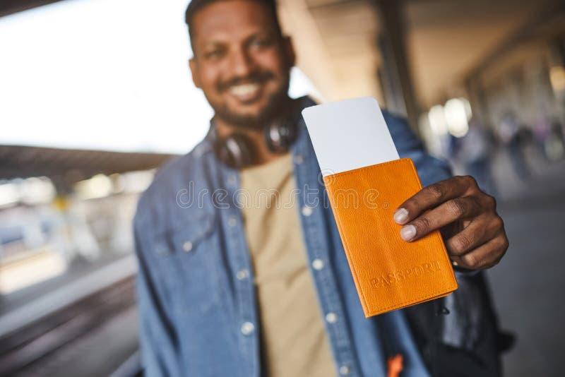 Feche acima de um cartão de identidade nas mãos de um homem hindu fotografia de stock