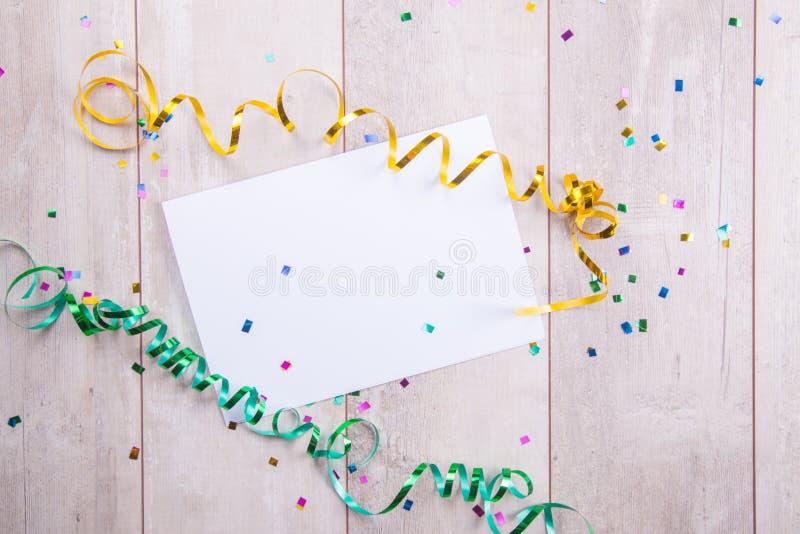 Feche acima de um cartão vazio com decoração fotografia de stock royalty free