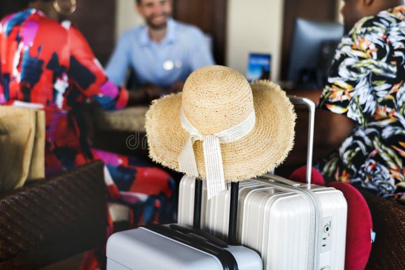 Feche acima de um chapéu na bagagem imagem de stock