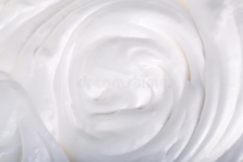 Feche acima de um chicoteado ou de um creme de leite branco no fundo branco foto de stock