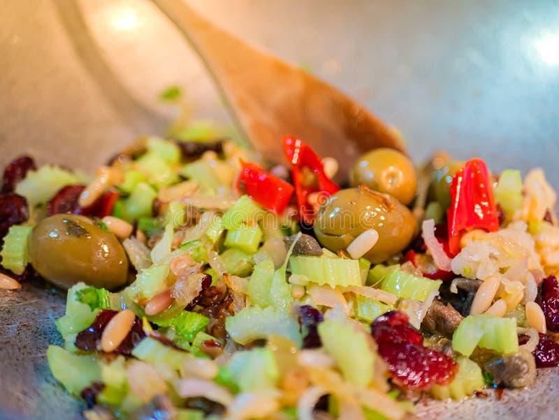 """Feche acima de um condimento baseado vegetal para a receita italiana famosa do """"ghiotta alla"""" Tomate, passas, pinhões, aipo, verm imagens de stock royalty free"""