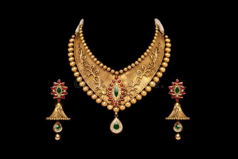 Feche acima de um conjunto completo de colar do ouro e de diamante com brincos fotografia de stock