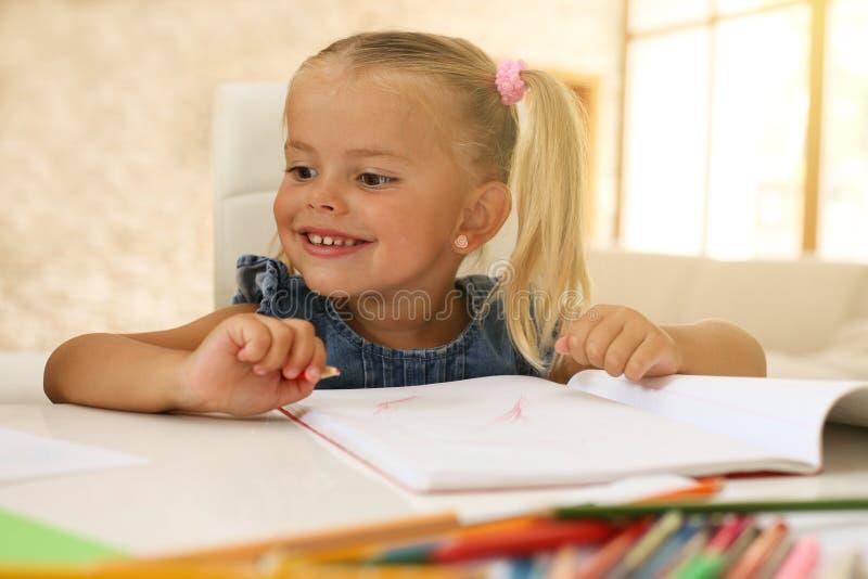 Feche acima de um desenho da menina fotos de stock royalty free