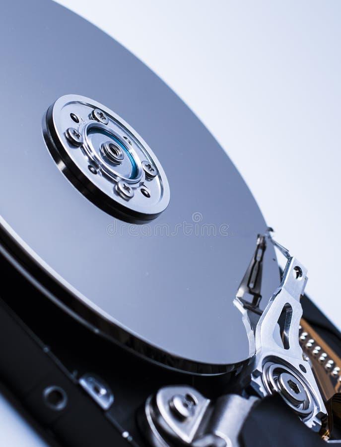 Feche acima de um disco r?gido desmontado do computador no fundo isolado branco com reflex?o fotos de stock