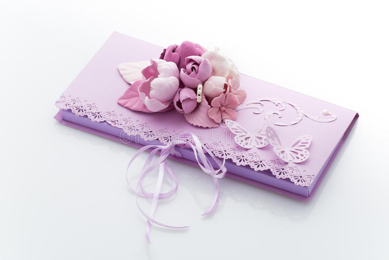 Feche acima de um envelope do convite decorado com flores imagens de stock royalty free