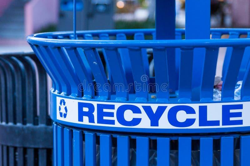 Feche acima de um escaninho de reciclagem foto de stock royalty free