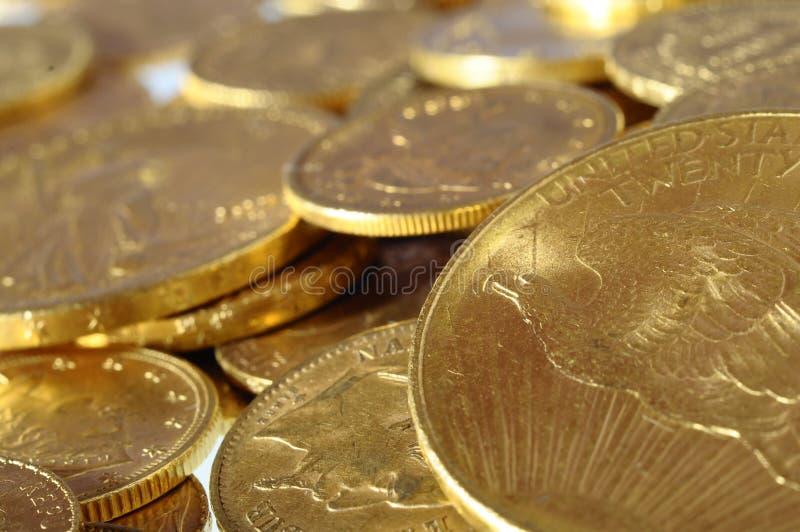 Lote de moedas de ouro para salvar fotografia de stock
