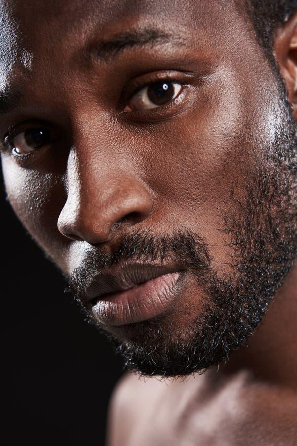 Feche acima de um homem afro-americano considerável novo imagens de stock
