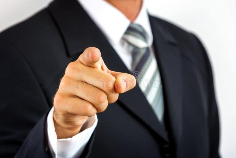 Feche acima de um homem de negócios novo, apontando com seu dedo foto de stock royalty free