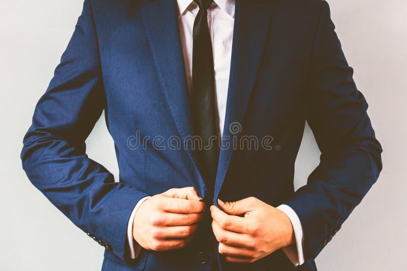 Feche acima de um homem de negócios que abotoa seu terno imagens de stock