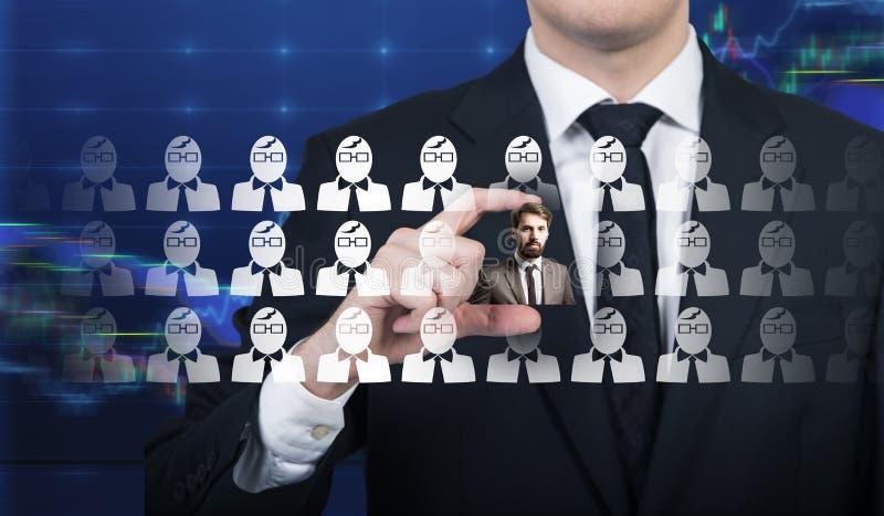 Feche acima de um homem de negócios que escolhe um candidato fotografia de stock