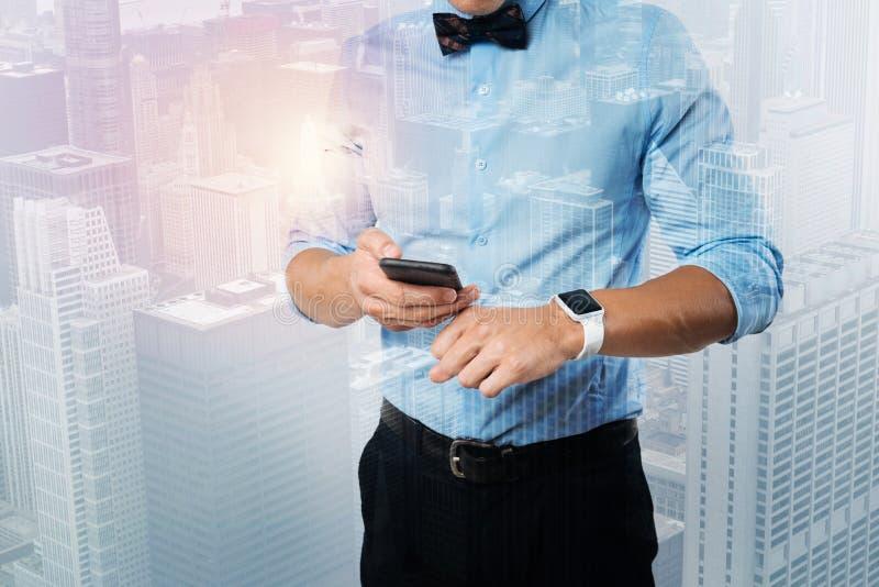 Feche acima de um homem de negócios que veste um smartwatch foto de stock royalty free