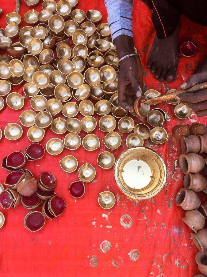 Feche acima de um homem que faz lâmpadas tradicionais de Diwali fotografia de stock royalty free