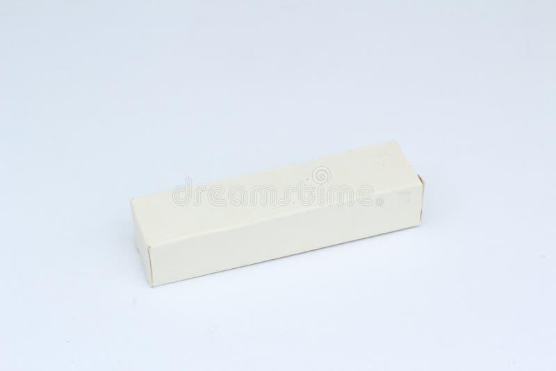 Feche acima de um molde pequeno da caixa branca no fundo branco foto de stock royalty free