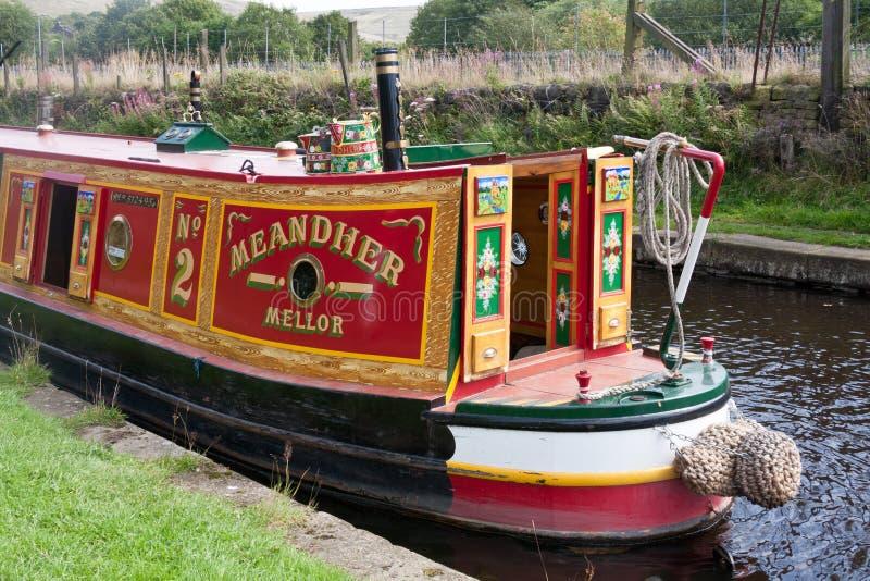 Feche acima de um narrowboat no canal estreito de Huddersfield, Diggle, Oldham, Lancashire, Inglaterra, Reino Unido fotos de stock royalty free