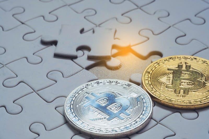 Feche acima de um ouro seleto do foco e de uma parte de prata do bitcoin e a final de enigma de serra de vaivém fotografia de stock royalty free