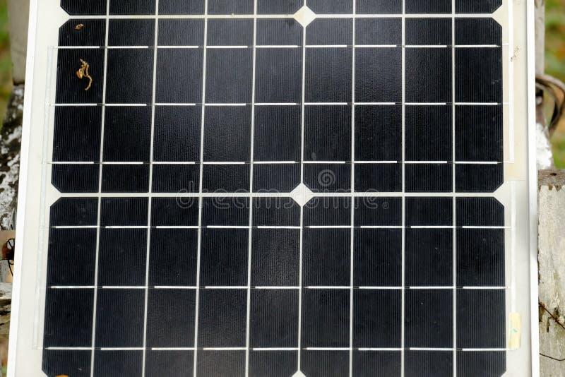 Feche acima de um painel da célula solar para uma energia renovável do eco verde foto de stock royalty free