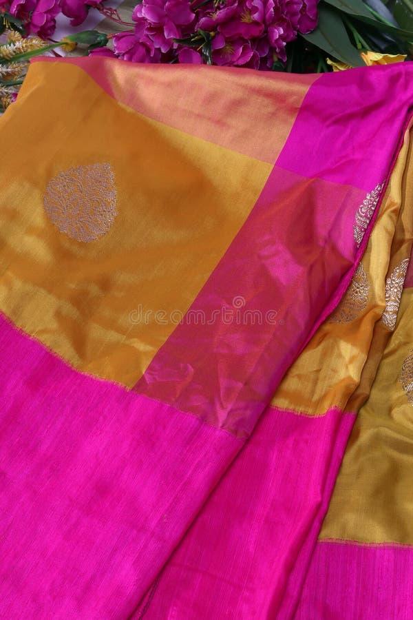 Feche acima de um projeto indiano do Saree, Saree de Banarasi imagens de stock royalty free