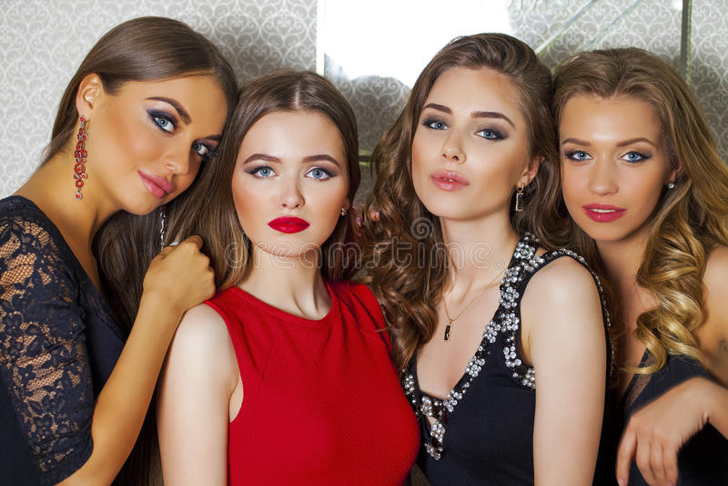 Feche acima de um retrato de quatro modelos glamoroso bonitos no estúdio fotos de stock royalty free