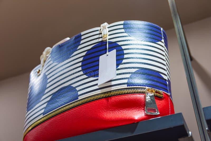 Feche acima de um saco colorido da forma com um preço vazio fotos de stock royalty free