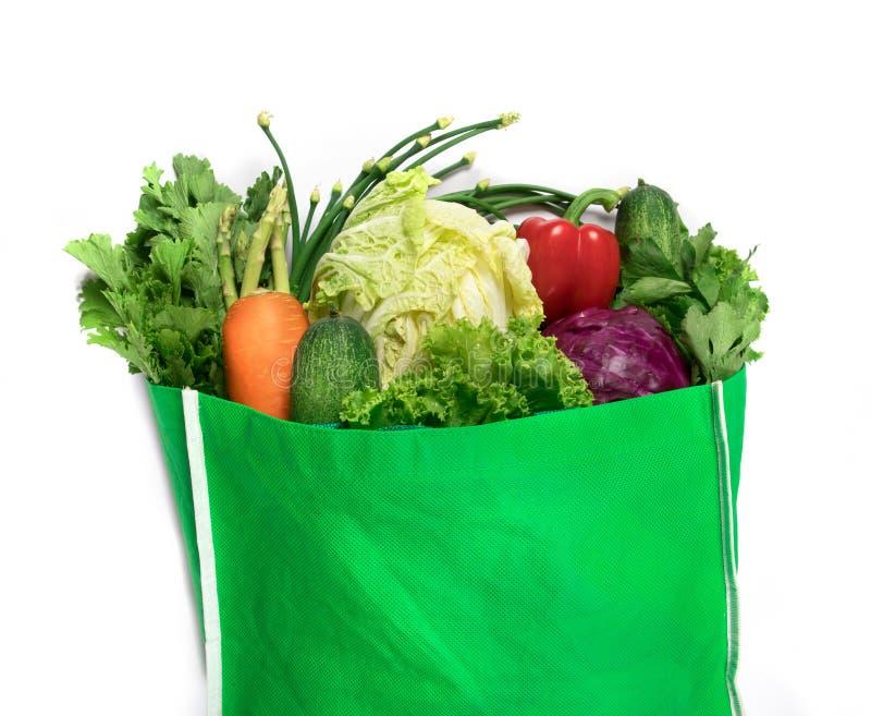 Feche acima de um saco de mantimento verde dos vegetais verdes orgânicos misturados o imagem de stock