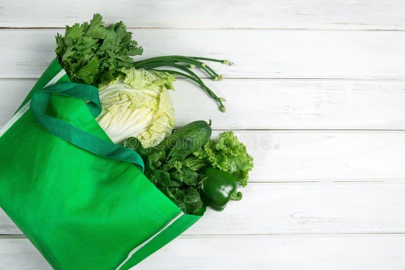 Feche acima de um saco de mantimento verde dos vegetais verdes orgânicos misturados o imagens de stock