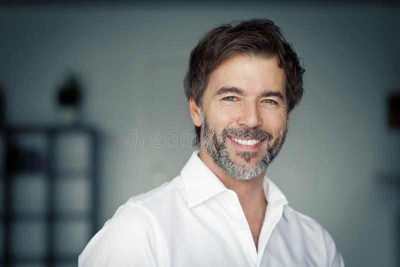 Feche acima de um sorriso maduro do homem superior fotografia de stock royalty free