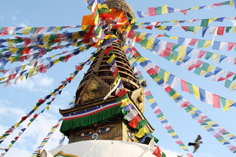 Feche acima de um stupa com o templo de Swayambhunath das bandeiras da oração, Kathmandu fotos de stock royalty free