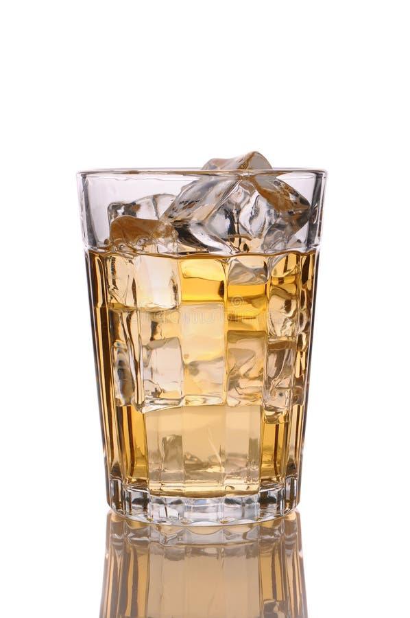Feche acima de um vidro do uísque e do gelo imagem de stock