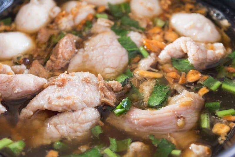Feche acima de uma bacia de sopa de macarronete da carne do estilo chinês imagem de stock