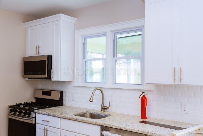 Feche acima de uma banca da cozinha, de um worktop, e de uma janela imagens de stock