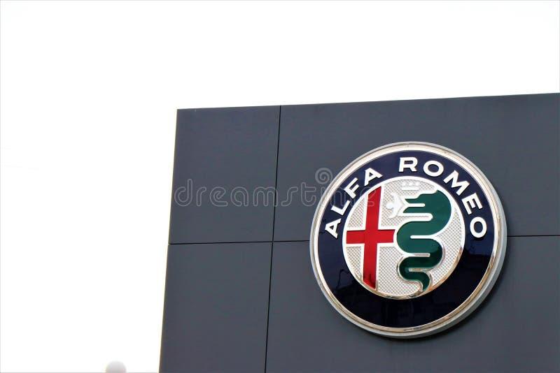 Feche acima de uma bandeira de Alfa Romeo imagens de stock
