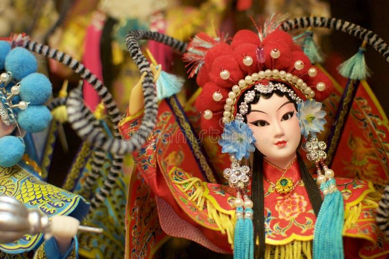 Feche acima de uma boneca chinesa bonita da ópera fotografia de stock