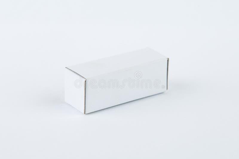 Feche acima de uma caixa de cartão branca pequena, isolado no fundo branco fotos de stock