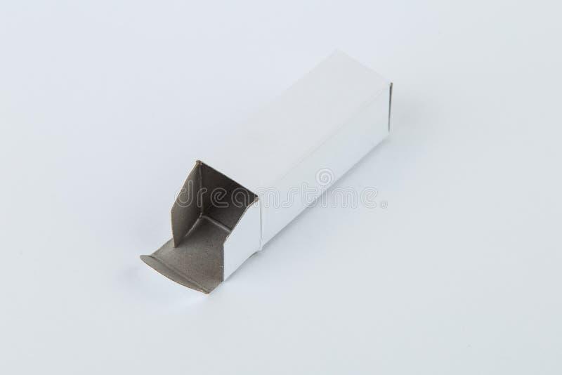 Feche acima de uma caixa de cartão branca pequena, isolado no fundo branco imagens de stock