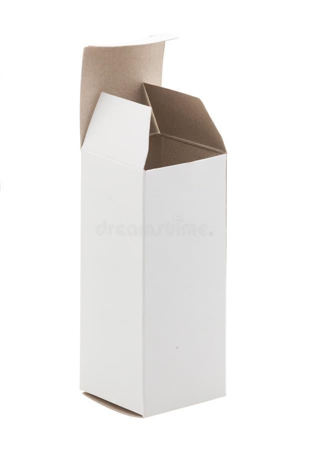 Feche acima de uma caixa de cartão branca pequena, isolado na parte traseira do branco imagens de stock