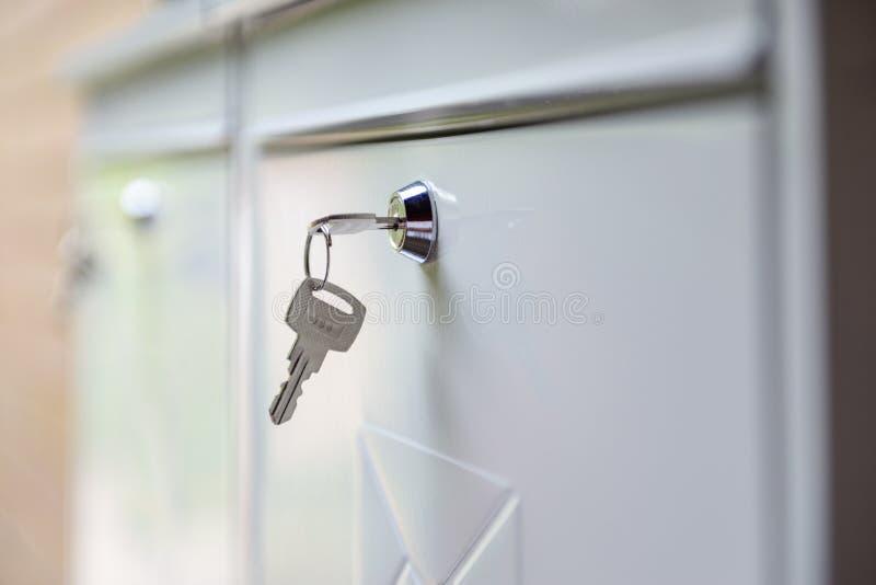 Feche acima de uma chave em uma caixa postal fotografia de stock royalty free