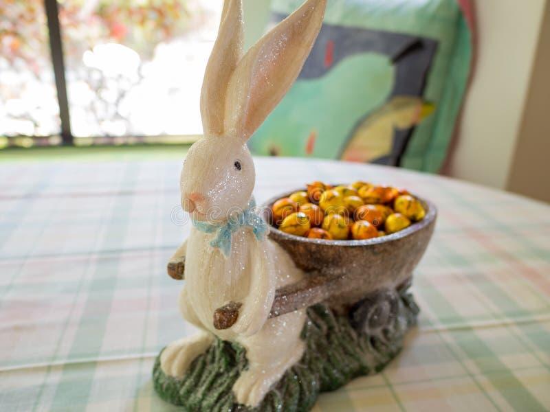 Feche acima de uma decoração do estilo do coelho com chocolate atrás fotografia de stock royalty free