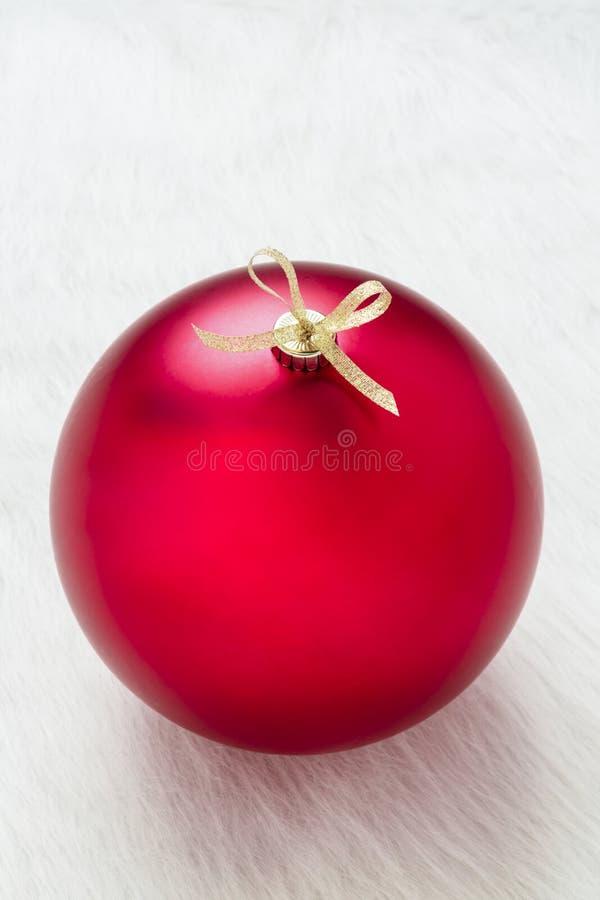 Feche acima de uma decoração vermelha grande perfeita simples do ornamento do Natal no espaço vazio vertical e vazio branco do fu fotografia de stock royalty free
