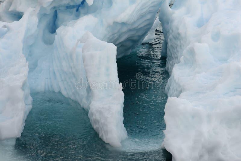 Feche acima de uma formação de gelo que flutua em águas geladas imagens de stock