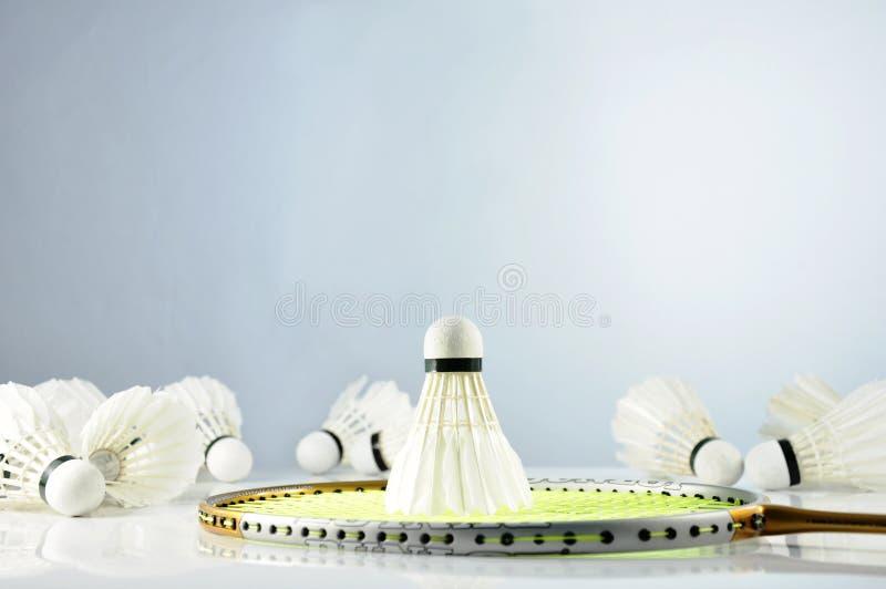 Feche acima de uma gota da peteca na raquete e nas petecas de badminton fotos de stock