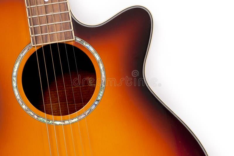 Feche acima de uma guitarra acústica alaranjada imagem de stock royalty free