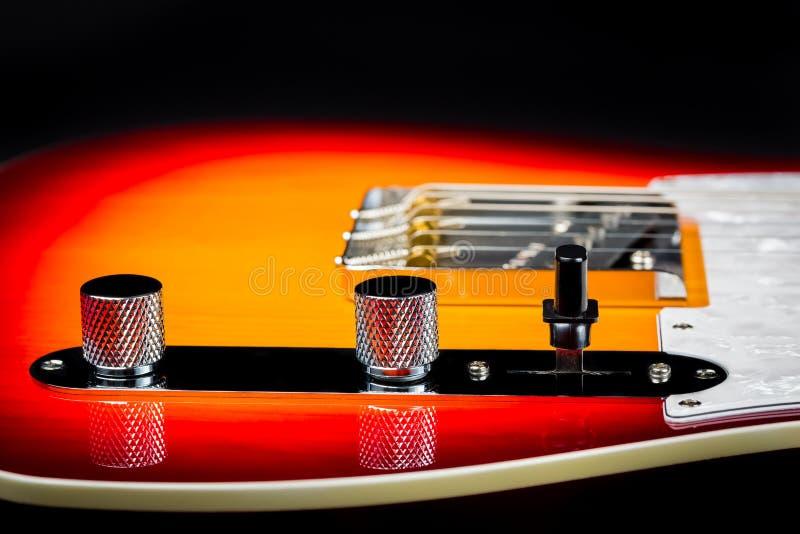Feche acima de uma guitarra elétrica do vintage bonito com foco nos botões imagens de stock royalty free