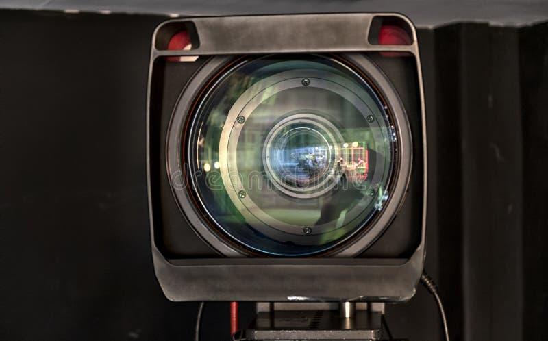 Feche acima de uma lente da televisão em um fundo escuro imagem de stock royalty free